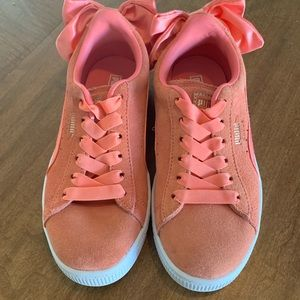 Girl's Puma Sneakers with adorable bows! Size 1.5